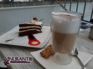 Café y tarta de Pure Patisserie