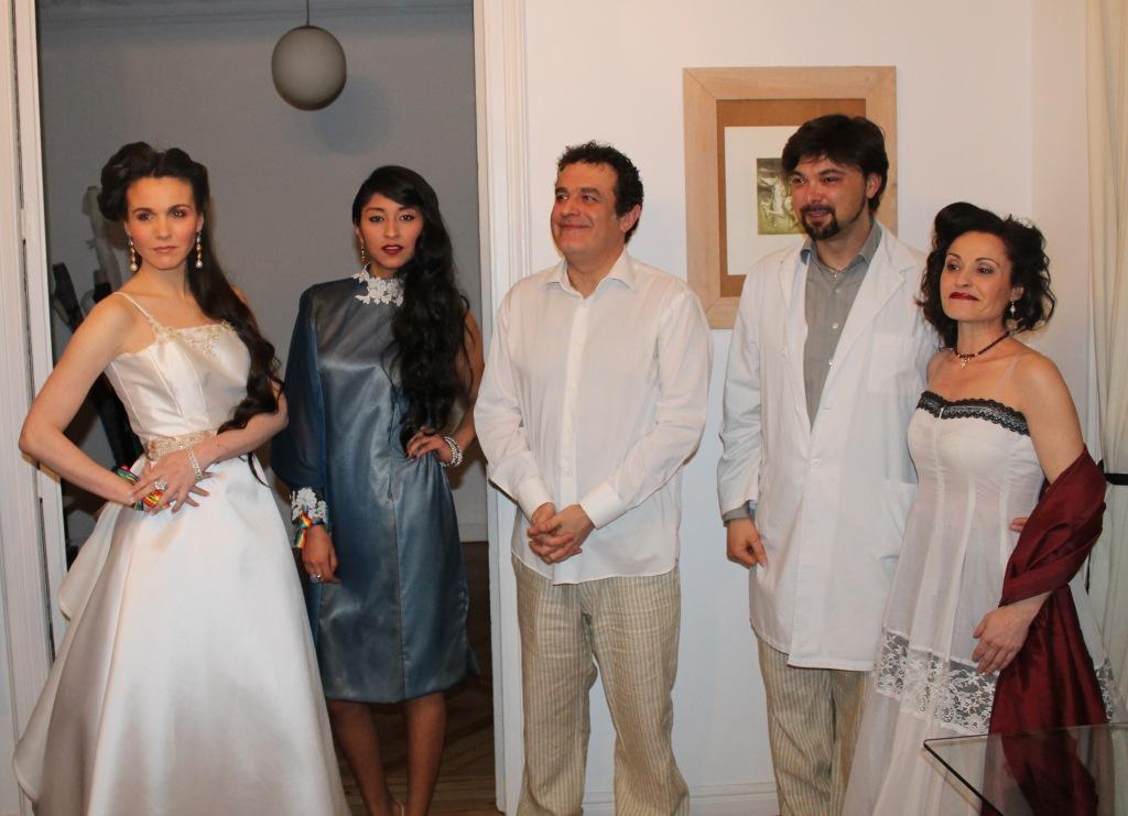Las modelos vestidas para la ocasión junto a Jose María, Marcos Garaban y Maribel Per.
