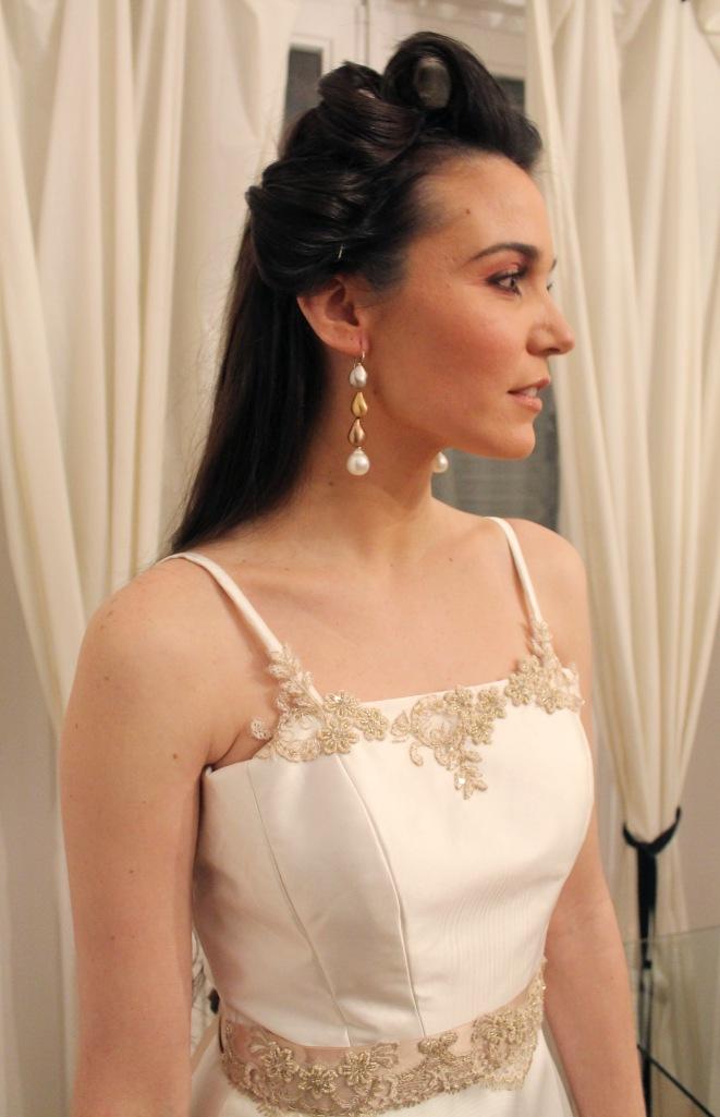Detalle del vestido y las joyas.
