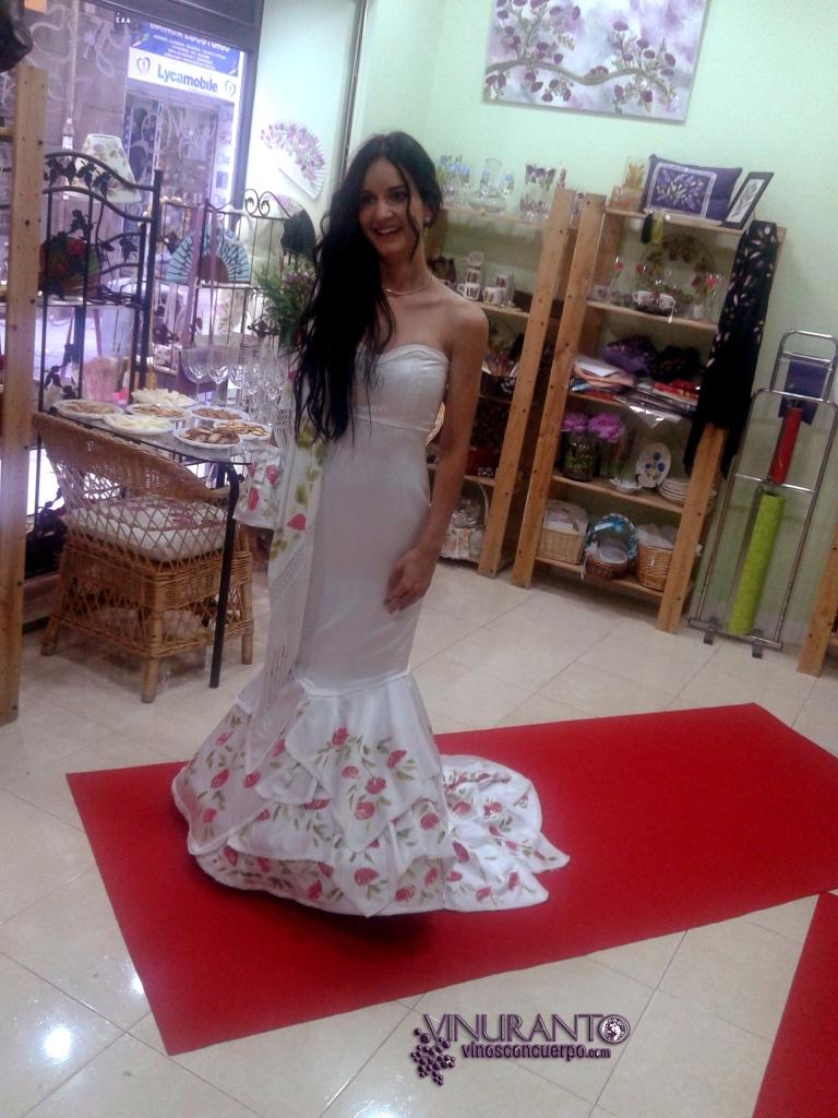 Vestido de la nueva coleccion 2014 de Lola Pinel con aire flamenco.