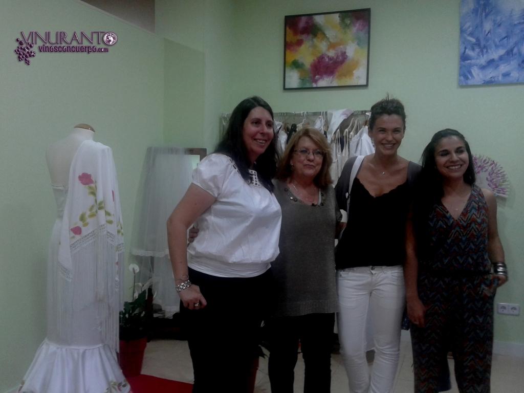 Nuria (izquierda, Chica del vino), Lola Pinel junta a una bloggera y su Comunity Manager