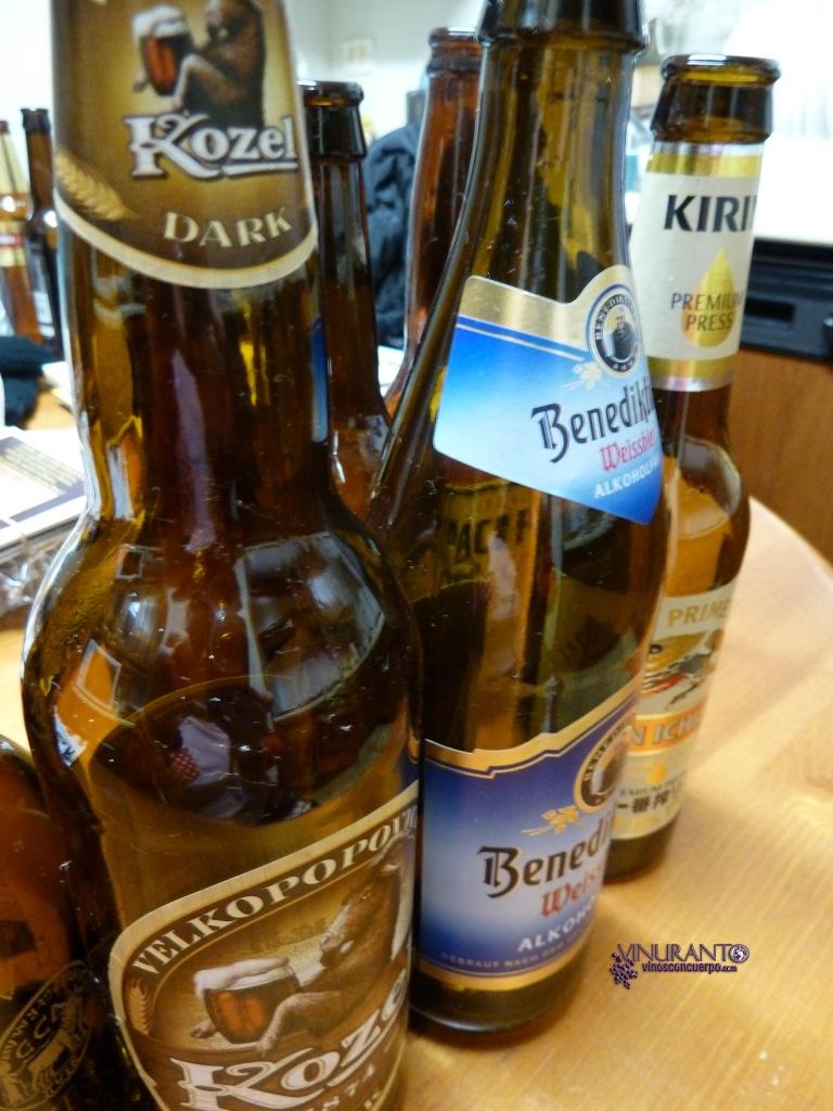Detalle cuello de cerveza Kozel y Benediktiner.
