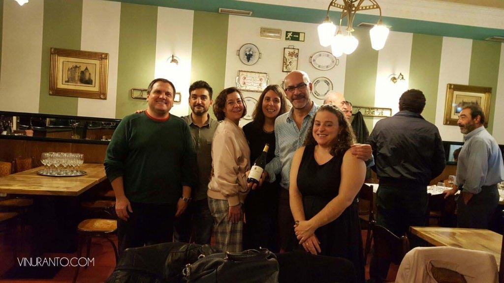 Izq a Dcha, Antonio (Vinuranto), Javier y Marta (asistentes a la cata), Nuria (Chica del Vino), Jose Ramón (Restaurante Manolo) y Virginia (Chica del Vino) anoche en la cata.